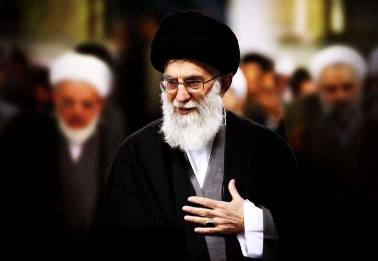 تصاویر دیده نشده از اقامه نماز توسط رهبر معظم انقلاب