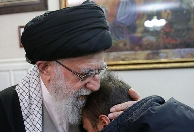 حضور امام خامنه ای در منزل شهید حاج قاسم سلیمانی