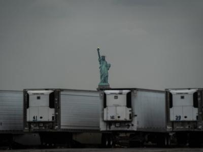 برگزیده عکاسی مطبوعاتی 2020/وقتی مجسمه آزادی پشت اجساد کرونایی ها پنهان می شود!